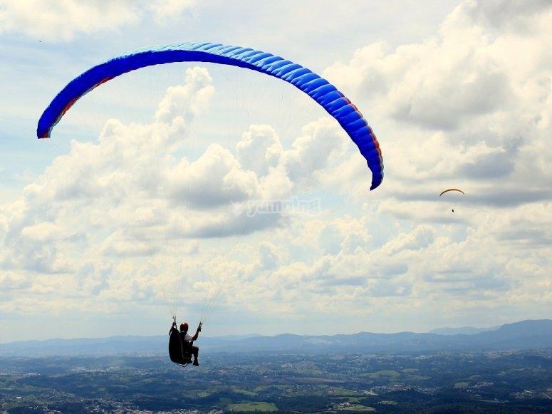 滑翔伞与背景云