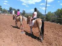 Pequeñas amazonas sobre los caballos