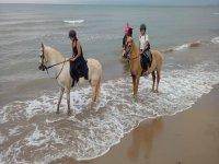 En la orilla del mar con los caballos