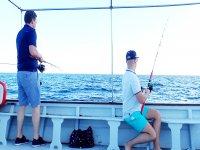 Tirando la cana desde el barco