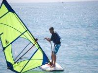 Practicar windsurfing