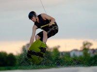Practicar wakeboard