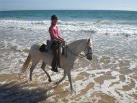Por la orilla a caballo