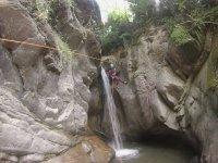 在峡谷的绳索上滑动