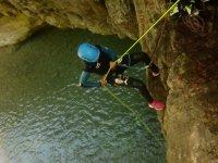抓住峡谷中的绳索