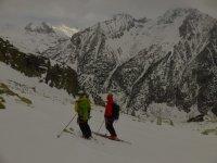 Esquiadores mirando atras