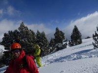 雪鞋走出去过程中与雪鞋冰雪覆盖的齐膝深的雪鞋健行