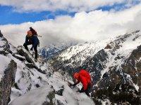 两个登山者在上面攀爬