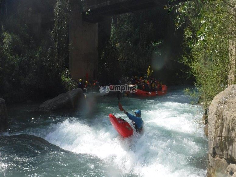 Rafting coincidiendo con piragua