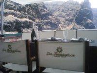 Deliciosa comida con los mejores vinos a bordo