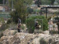 tres hombres inspeccionando el terreno rocoso
