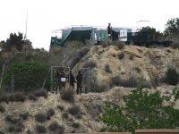 un equipo de guerreros detras de una valla