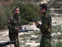dos jugadores vestidos de guerreros con sus armas