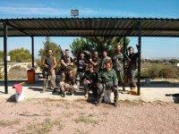 un grupo de chicos en el campo con armas de paintball