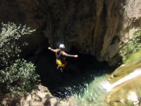 Tirolina在Salto费拉塔水,双臂交叉登山