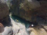 Resbalando por el rio encajonado entre las rocas