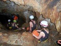 Entrando sentados en la cueva