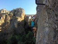 坐在山洞隆达铁索攀岩爬