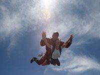 在加的斯的降落伞中串联跳跃