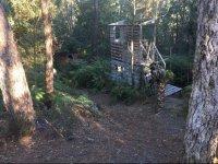 Escenario natural con construcciones