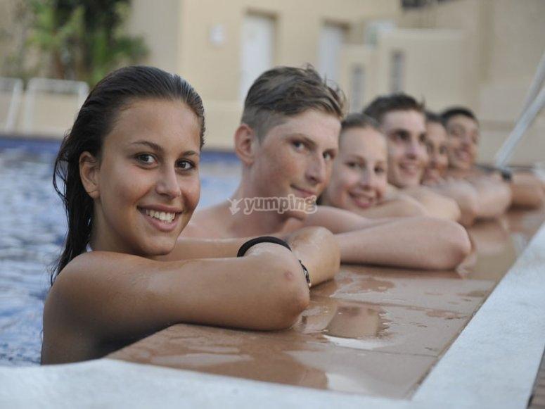 Apoyados en la piscina