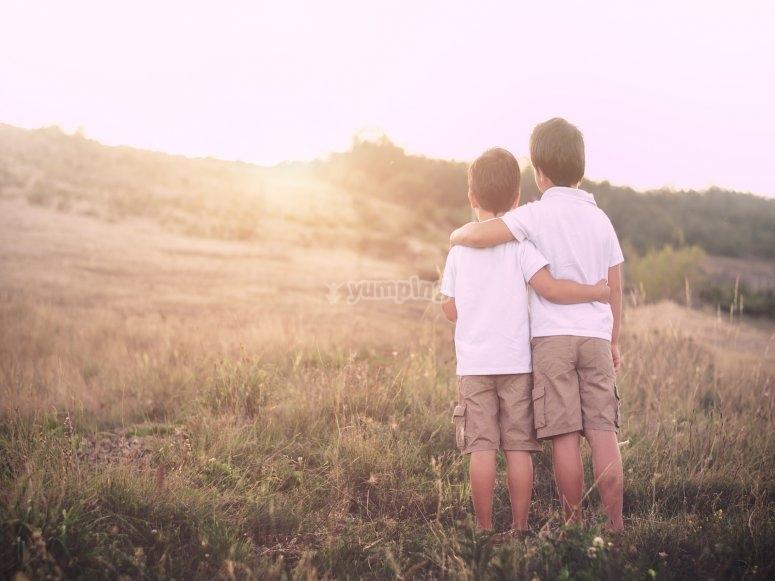 Niños mirando horizonte