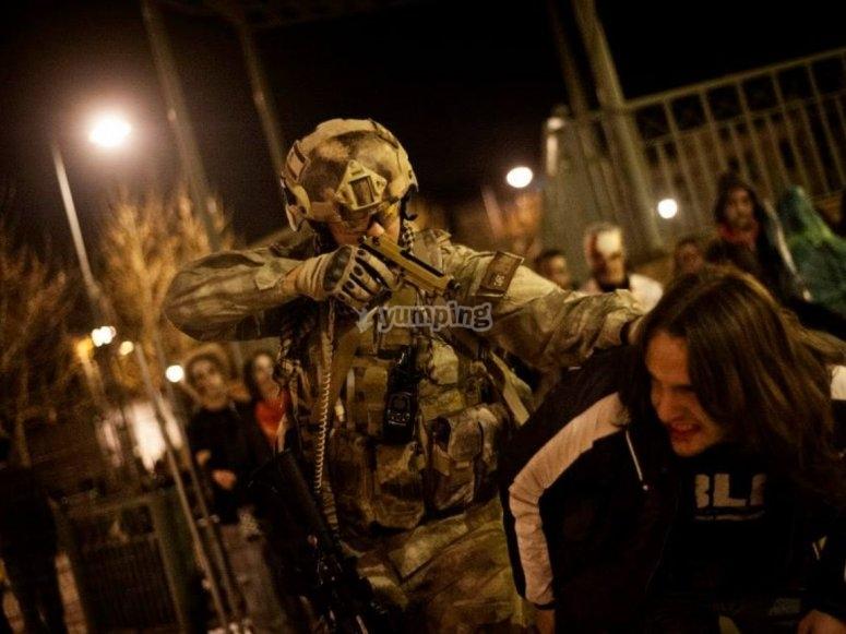 Militar y zombie