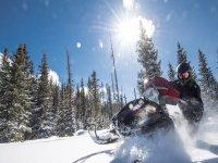 Acelerando en la nieve con la moto