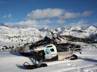 Moto de nieve preparada para la ruta