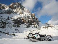 Motos de nieve en el valle de Tena