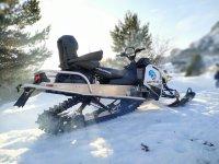 Potente moto de nieve en el valle de Tena