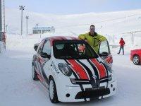 Antes de subir a l coche para conducirlo por la nieve