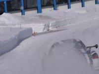Levantando nieve en la curva con el vehículo