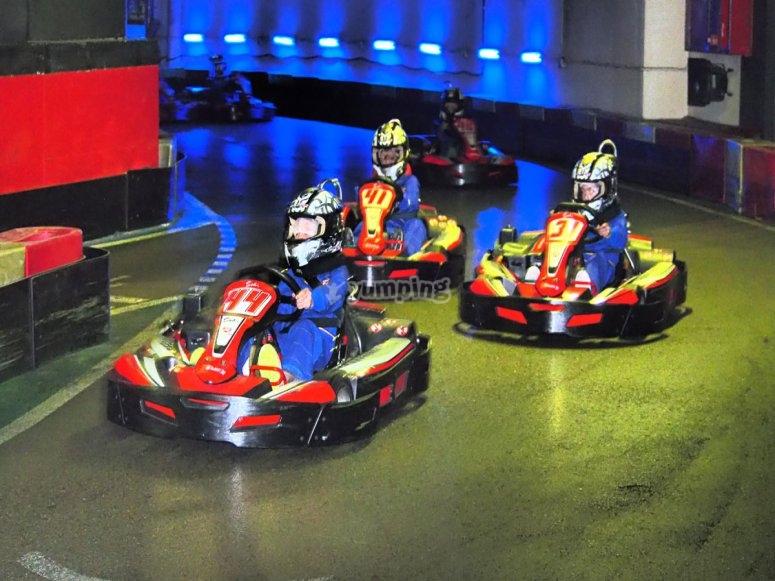 Tres pilotos en curva