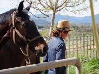 Amazona junto al caballo
