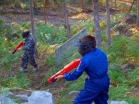 孩子的彩弹射击在Cotobade与60个球