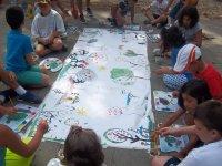 Pintando un mural en el suelo