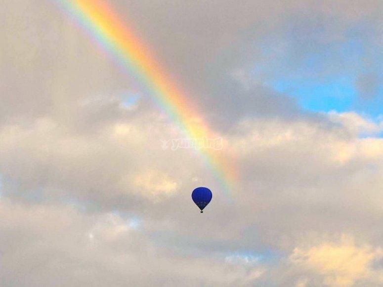 Palloncino accanto all'arcobaleno
