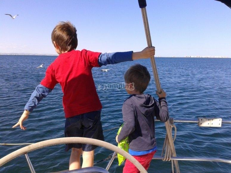 Peques sulla barca a vela