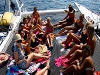 chicas en el barco de fiesta en ibiza