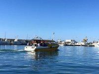 Water taxi navegando