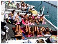 男孩和女孩伊维萨党船党船民