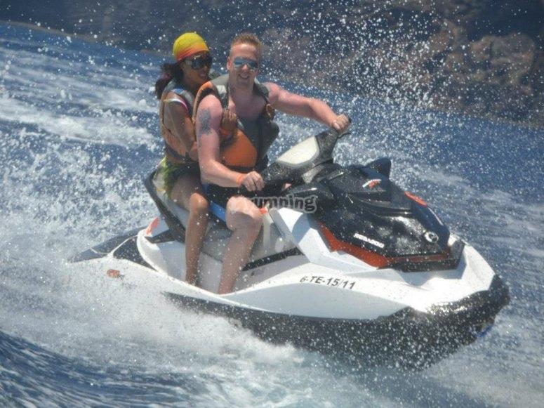 En la moto de agua biplaza