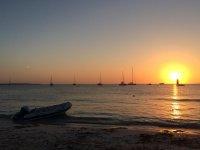走在海边日落
