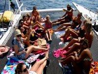 各方日光浴的女孩伊维萨党船党船民
