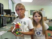 Niños con su robot