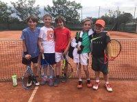 Compañeros de clase tras entrenamiento de tenis