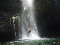 Rappel en la cascada