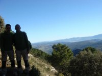 Dos chicos en la montana