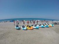 Preparando los kayaks en la arena